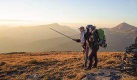 Couplez les randonneurs dans les montagnes de Carpathiens avec des sacs à dos Images stock
