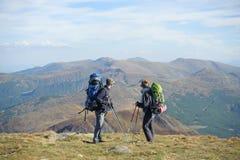 Couplez les randonneurs dans les montagnes de Carpathiens avec des sacs à dos Image libre de droits