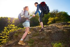 Couplez les randonneurs trimardant sur le chemin pendant l'été Voyage, hik Photos stock