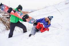 Couplez les surfeurs jouant et ayant l'amusement en nature Photographie stock libre de droits