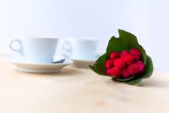 Couplez les tasses avec du café, fleur sur la table en bois Image libre de droits