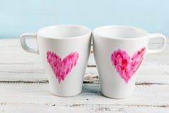 Couplez les tasses de café avec des coeurs peints avec le rouge à lèvres Photographie stock libre de droits