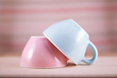 Couplez les tasses du symbole doux de fond pour les hommes et des femmes Photos libres de droits