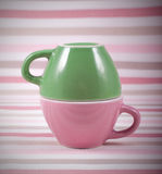 Couplez les tasses du symbole doux de fond pour les hommes et des femmes Image stock