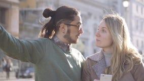 Couplez les touristes à l'aide du smartphone pour la navigation et en recherchant la bonne manière Couples de m?tis Lever de sole banque de vidéos