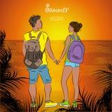 Couplez les touristes bronzés avec des sacs à dos au coucher du soleil sur la plage Photos stock