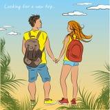Couplez les touristes bronzés avec des sacs à dos sur la plage Image libre de droits