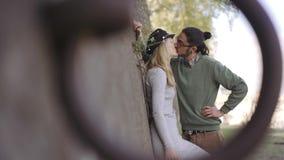 Couplez les touristes pour parler et embrasser romantique beau tir de cadre par l'anneau Couples de m?tis Lever de soleil Fin ver clips vidéos