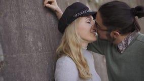 Couplez les touristes pour parler et embrasser romantique Couplez sur le style Couples de m?tis Lever de soleil Fin vers le haut  banque de vidéos