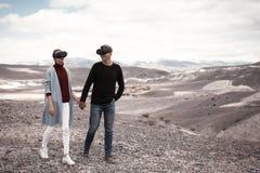 Couplez les voyages dans la réalité virtuelle photographie stock