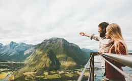 Couplez les voyageurs appréciant l'amour de paysage de montagnes et voyagez Photos libres de droits