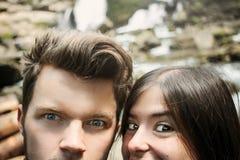 Couplez les voyageurs de hippie prenant le selfie et regardant avec le funn images stock