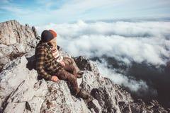 Couplez les voyageurs homme et femme s'asseyant sur des montagnes Images libres de droits