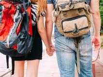Couplez les voyageurs marchant et tenant le voyage de mains ensemble - de Image stock