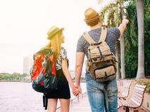 Couplez les voyageurs marchant et tenant le voyage de mains ensemble - de Images libres de droits