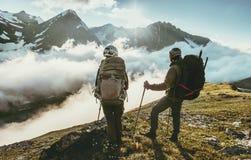 Couplez les voyageurs sur le sommet de montagne ensemble aiment et voyagent mode de vie Images libres de droits