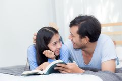 Couplez lire un livre ensemble dans la chambre à coucher le matin Photos libres de droits