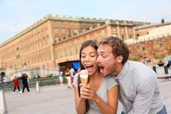 Couplez manger la crème glacée ayant l'amusement à Stockholm image libre de droits