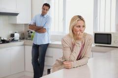 Couplez ne pas parler après un argument dans la cuisine photographie stock
