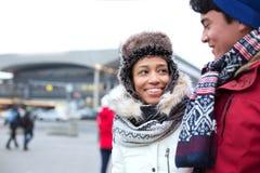Couplez parler tout en marchant dans la ville pendant l'hiver Image stock