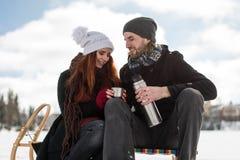 Couplez partager le thé d'une bouteille de courant ascendant d'acier inoxydable images libres de droits