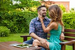 Couplez passer le grand temps sur la couverture dans le jardin Image libre de droits