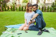 Couplez passer le grand temps sur la couverture dans le jardin Images libres de droits