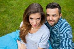 Couplez passer le grand temps sur la couverture dans le jardin Photos stock