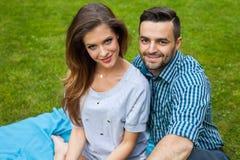 Couplez passer le grand temps sur la couverture dans le jardin Photos libres de droits