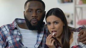 Couplez passer le temps à la maison observant le film de thriller, frustré avec le complot banque de vidéos