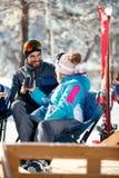 Couplez passer le temps ensemble et buvez après le ski en café à Images stock