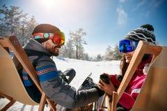 Couplez passer le temps ensemble et buvez après le ski en café à Photographie stock libre de droits