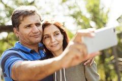 Couplez passer le temps prenant ensemble une photo de téléphone portable Photographie stock libre de droits