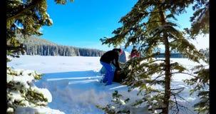 Couplez préparer une tente sur le paysage neigeux 4k banque de vidéos