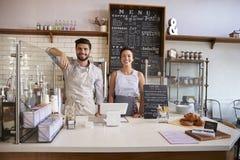 Couplez prêt à servir derrière le compteur d'un café photo libre de droits