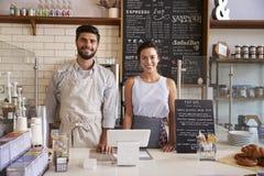Couplez prêt à servir derrière le compteur d'un café images libres de droits