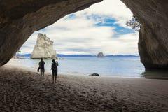 Couplez prendre des photos à la crique scénique Nouvelle-Zélande de cathédrale Images stock