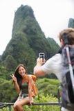 Couplez prendre des photos ayant le mode de vie d'amusement, Hawaï Image stock