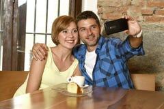Couplez prendre la photo de selfie avec le téléphone portable au sourire de café heureux dans le concept roman d'amour Photographie stock libre de droits