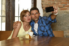 Couplez prendre la photo de selfie avec le téléphone portable au sourire de café heureux dans le concept roman d'amour Photos libres de droits