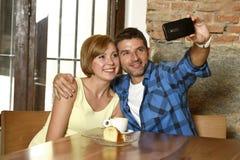 Couplez prendre la photo de selfie avec le téléphone portable au sourire de café heureux dans le concept roman d'amour Photo stock