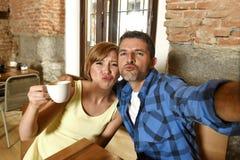 Couplez prendre la photo de selfie avec le téléphone portable au sourire de café heureux dans le concept roman d'amour Image stock