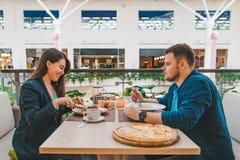 Couplez prendre le déjeuner en café de mail ensemble parler de date photos libres de droits