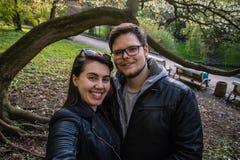 Couplez prendre le selfie en parc sous l'arbre Image stock