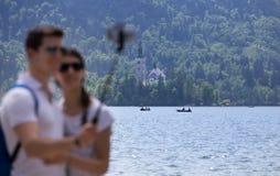 Couplez prendre le selfie sur le lac Bled en Slovénie Image libre de droits