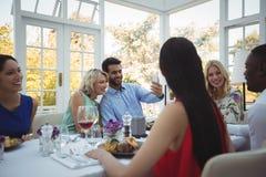 Couplez prendre le selfie tout en ayant le repas avec leurs amis Image stock