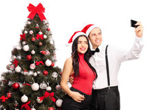 Couplez prendre un selfie par un arbre de Noël Photographie stock