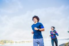 Couplez pulser et courir dehors photo stock