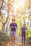 Couplez pulser et courir dehors dans le mode de vie sain de nature photos libres de droits