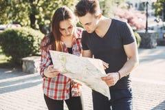 Couplez rechercher l'emplacement sur la carte, prévoyant des vacances Images stock